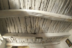Primo piano, camera da letto 2, particolare del soffitto in legno